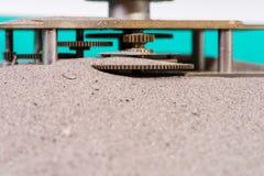 El engranaje rueda adentro la arena Imágenes de archivo libres de regalías