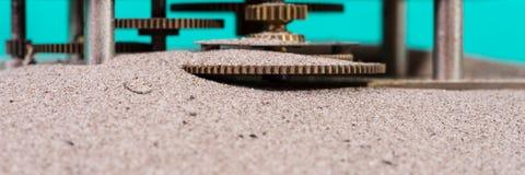 El engranaje rueda adentro la arena Fotos de archivo