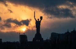 El enjambre de la puesta del sol del monumento de la patria de los pájaros Kiev imágenes de archivo libres de regalías