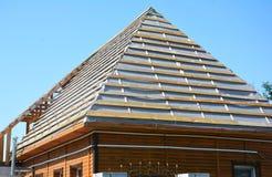 El enmarcar casero de impermeabilización de la construcción de madera de las cubiertas de la membrana del tejado con los vigas de imagen de archivo libre de regalías