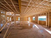 El enmarcar interior de la construcción de la nueva casa Fotos de archivo