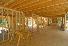 El enmarcar interior de una nueva casa Foto de archivo