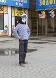 El enmascarado en la calle peatonal, Ekaterimburgo, ruso Fotos de archivo libres de regalías