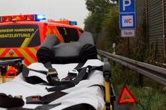 El ensanchador de la emergencia se coloca con un camión contraincendios alemán en autopista sin peaje Imágenes de archivo libres de regalías