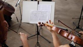 El ensayo, músicos juega al lado de soporte musical con las notas metrajes