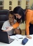 El enseñar casero con la computadora portátil Fotos de archivo