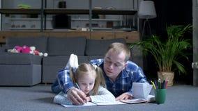 El enseñar casero del papá útil y de la pequeña hija almacen de video