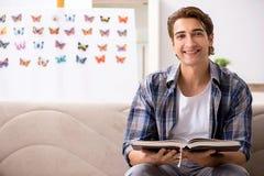 El entomólogo del estudiante que estudia la nueva especie de mariposas imagenes de archivo