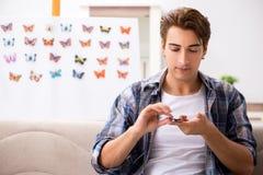 El entomólogo del estudiante que estudia la nueva especie de mariposas fotos de archivo libres de regalías