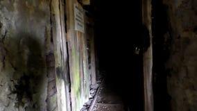 El entrar en una mina abandonada vieja almacen de metraje de vídeo