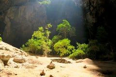 El entrar ligera con una abertura en la cueva de Phraya Nakhon Fotos de archivo