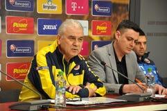 El entrenador y los jugadores del equipo de fútbol nacional de Rumania durante Imagen de archivo