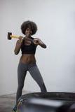 El entrenamiento de la mujer negra con el martillo y el tractor cansan Fotos de archivo