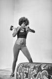 El entrenamiento de la mujer negra con el martillo y el tractor cansan Fotografía de archivo libre de regalías