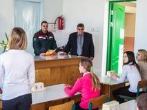 El entrenamiento en seguridad contra incendios y ayuda médica en la escuela la región de Gomel de Bielorrusia Foto de archivo libre de regalías