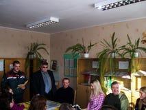 El entrenamiento en seguridad contra incendios y ayuda médica en la escuela la región de Gomel de Bielorrusia Imagenes de archivo