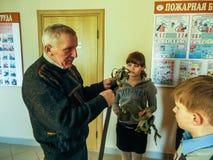 El entrenamiento en seguridad contra incendios y ayuda médica en la escuela la región de Gomel de Bielorrusia Imágenes de archivo libres de regalías