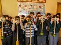 El entrenamiento en seguridad contra incendios y ayuda médica en la escuela la región de Gomel de Bielorrusia Imagen de archivo libre de regalías