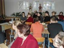 El entrenamiento en seguridad contra incendios y ayuda médica en la escuela la región de Gomel de Bielorrusia Fotografía de archivo