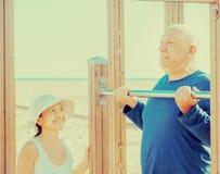 El entrenamiento mayor feliz de los pares encendido levanta la barra foto de archivo