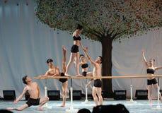 El entrenamiento para el concierto barra-básico de la graduación de la clase de baile de la universidad -2011 de China Jiaotong d Imagenes de archivo