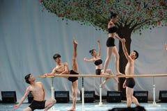 El entrenamiento para el concierto barra-básico de la graduación de la clase de baile de la universidad -2011 de China Jiaotong d Foto de archivo