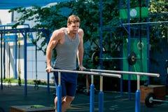 El entrenamiento, tirón del deportista sube en la barra horizontal Fotografía de archivo libre de regalías