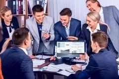 El entrenar en línea del negocio Vida de la oficina de la gente del trabajo de la gente del equipo imagen de archivo libre de regalías