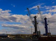 El envío cranes a lo largo de Hudson River en el puerto de Albany NY Foto de archivo
