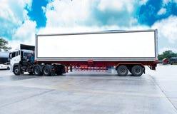 El envase acarrea logístico en camión del cargo en el camino Cartelera blanca vacía Espacio en blanco para el texto y las imágene fotos de archivo