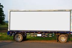 El envase acarrea logístico en camión del cargo en el camino Cartelera blanca vacía Espacio en blanco para el texto y las imágene imagen de archivo libre de regalías