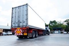 El envase acarrea logístico en camión del cargo en el camino Cartelera blanca vacía Espacio en blanco para el texto y las imágene fotografía de archivo libre de regalías
