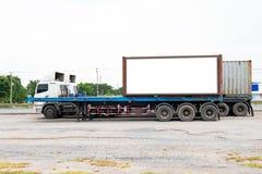 El envase acarrea logístico en camión del cargo en el camino Cartelera blanca vacía Espacio en blanco para el texto y las imágene fotografía de archivo