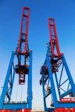 El envase cranes en el puerto de Hamburgo, Alemania Imágenes de archivo libres de regalías
