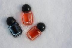 El envase del perfume es rojo y azul con Foto de archivo