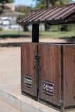 El envase para la basura en las calles de la ciudad Imagenes de archivo