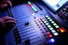 El equalizador de la música es un dispositivo que en manos expertas puede trabajar maravillas en la publicación de conciertos inc foto de archivo libre de regalías