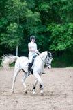 El equestrian del adolescente en el montar a caballo del uniforme de vestido en está a caballo Fotos de archivo