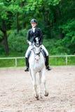 El equestrian del adolescente en el montar a caballo del uniforme de vestido en está a caballo Imágenes de archivo libres de regalías