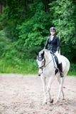 El equestrian del adolescente en el montar a caballo del uniforme de vestido en está a caballo Fotografía de archivo