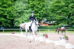 El equestrian del adolescente en el montar a caballo del uniforme de vestido en está a caballo Fotos de archivo libres de regalías
