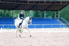 El equestrian del adolescente en el montar a caballo del uniforme de vestido en está a caballo Imagen de archivo libre de regalías