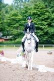 El equestrian del adolescente en el montar a caballo del uniforme de vestido en está a caballo Imagen de archivo