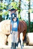 El equestrian sonriente joven del adolescente se divierte con hor preferido Fotografía de archivo