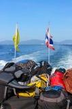 El equipaje y las mochilas apilados a bordo de las puñetas un transbordador durante viaje de la isla de phuket a la phi ponen en  Imágenes de archivo libres de regalías