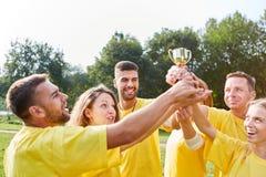 El equipo acertado con el trofeo es feliz fotografía de archivo libre de regalías