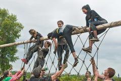 El equipo asalta la pared neta en raza del extrim Tyumen Rusia Fotos de archivo