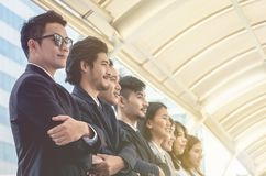 El equipo asiático joven del negocio se coloca con confianza y orgullo imágenes de archivo libres de regalías