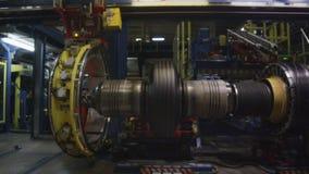 El equipo automatizado enorme actúa producir los neumáticos almacen de video