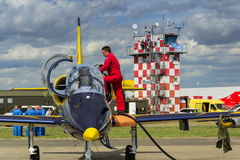 El equipo báltico de Jet Team de las abejas con L-39 acepilla en pista Imagenes de archivo